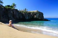 比基尼泳装的性感的女孩在海滩 免版税库存照片