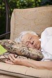 外部高级休眠的妇女 免版税库存图片