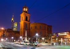 城市法兰克福晚上视图 库存照片