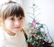 逗人喜爱的儿童女孩等待的圣诞前夕 免版税库存图片