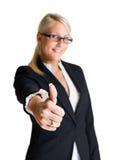 Уверенно женщина дела показывая большие пальцы руки вверх. Стоковое Изображение RF