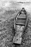被放弃的当地泰国样式木头小船 免版税图库摄影
