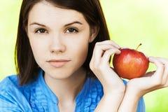 женщина яблока милая Стоковые Изображения