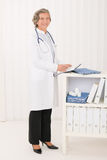 高级在办公室纵向的医生女性立场 图库摄影