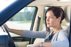 有吸引力的女实业家汽车推进豪华 免版税库存图片