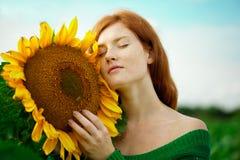 头发的红色向日葵妇女 库存照片