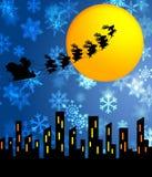 飞行在城市的圣诞老人雪橇和驯鹿 库存图片