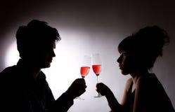 喝玫瑰酒红色年轻人的夫妇 免版税库存照片