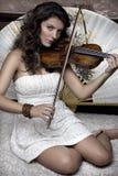 弹小提琴的女孩 免版税库存图片
