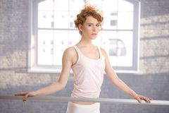 俏丽的芭蕾舞女演员女孩支持的棒实践 免版税库存照片
