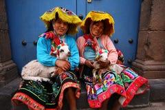 给穿衣的秘鲁传统妇女 免版税库存图片