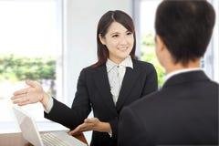 显示妇女的企业膝上型计算机 图库摄影