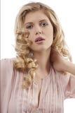 摆在年轻人的白肤金发的卷曲女孩头&# 免版税图库摄影