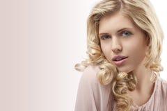 美丽的白肤金发的卷曲女孩头发年轻&# 图库摄影