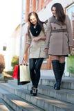 女孩愉快的购物行程二妇女 免版税库存图片