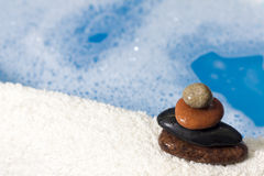 背景浴温泉向毛巾扔石头 库存图片