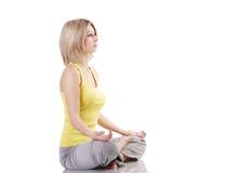 女孩健康纵向实践的瑜伽 免版税库存照片