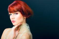 美丽的魅力头发纵向红色妇女年轻人 免版税库存照片