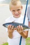 男孩被捉住的鱼 免版税库存照片