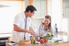 使用查寻的互联网的夫妇食谱 免版税库存照片