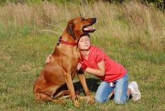 儿童愉快狗的友谊 库存照片