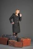 старая женщина чемоданов Стоковые Изображения RF