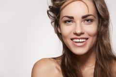 美丽的逗人喜爱的愉快的微笑牙白人妇女 免版税图库摄影