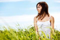 Νέα όμορφη προκλητική γυναίκα στη φύση Στοκ φωτογραφία με δικαίωμα ελεύθερης χρήσης