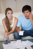 查看他们的收货的一对担心的夫妇的纵向 免版税库存照片