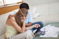 在财务麻烦的哀伤的夫妇 免版税库存图片