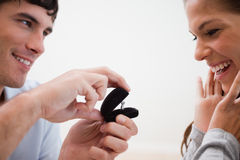 关闭提出求婚的人 免版税图库摄影
