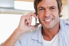 关闭打电话的一个人 免版税库存图片