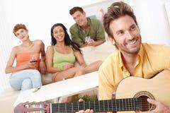 当事人在家与吉他音乐 免版税图库摄影