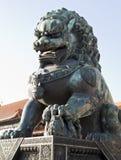 古铜色狮子雕象 免版税图库摄影