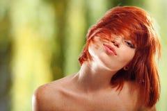 红发夏天青少年的女孩美丽的雀斑 免版税库存照片
