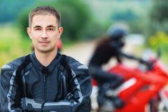 人英俊的摩托车骑士年轻人 免版税图库摄影