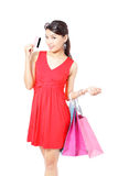 Женщина покупкы счастливая принимает кредитную карточку и мешок Стоковые Изображения