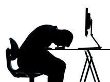 спать силуэта человека одного компьютера вычисляя Стоковое Изображение RF