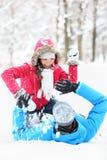 冬天夫妇雪球战斗 免版税库存照片