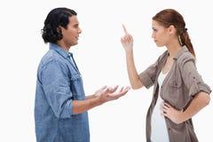 夫妇侧视图在一次被拉紧的交谈的 库存图片