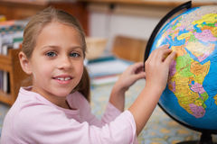 指向国家(地区)的女小学生 免版税库存照片