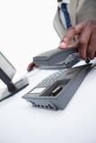 关闭挂掉电话一个男性的现有量 免版税库存图片