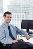 一微笑的经理摆在的画象 免版税库存图片
