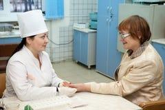血液获取程序从手指的 免版税库存照片