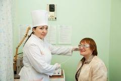 在物理疗法期间的患者和医生 免版税库存照片