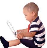 男孩膝上型计算机使用 免版税库存图片