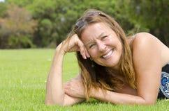 Η όμορφη ώριμη γυναίκα χαλάρωσε το υπόλοιπο στο πάρκο Στοκ Εικόνες