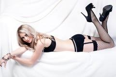 性感白肤金发的女用贴身内衣裤 免版税库存照片