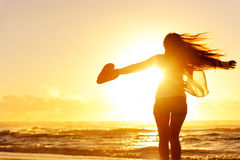 妇女跳舞的剪影由海洋的 免版税库存照片