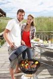 在度假有的夫妇烤肉 库存图片